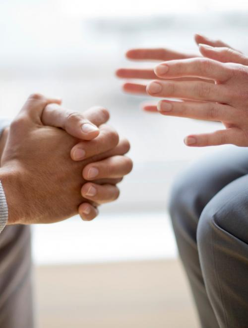 2 handen van personen in gesprek