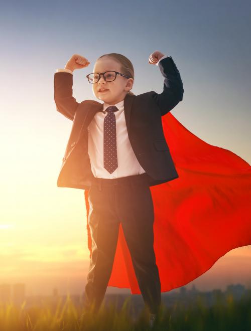 kind in maatpak met superman cape