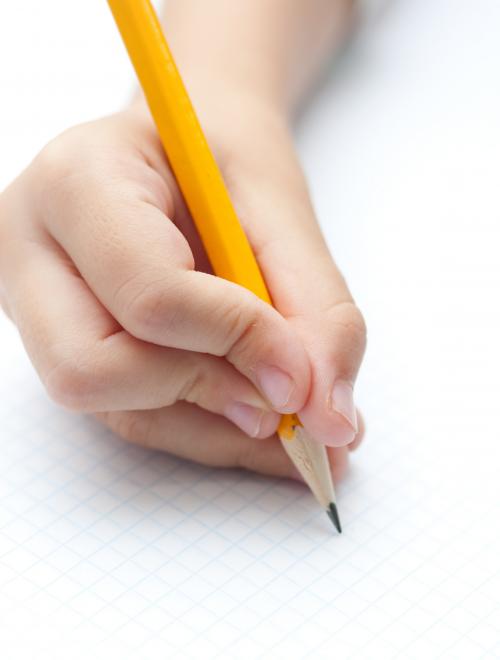 persoon schrijft met potlood