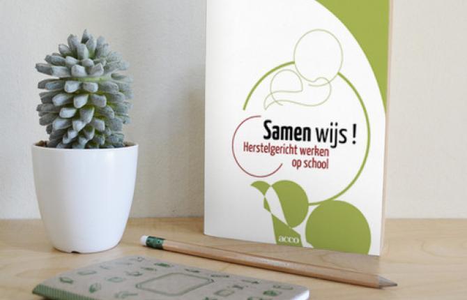 samen_wijs_ligand--boek-op-bureau-pen-bloempot