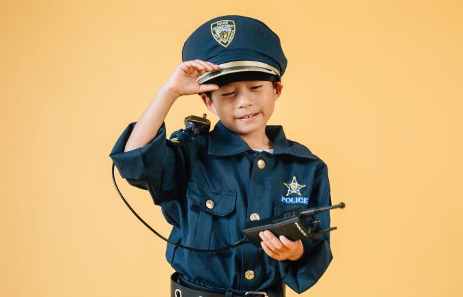 Een kind in een politie-uniform