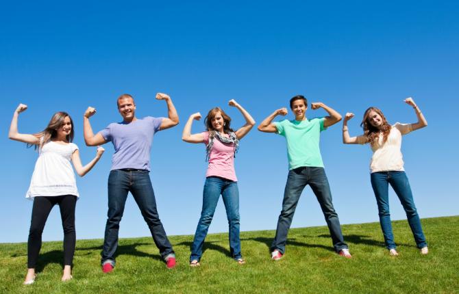 mensen op rij in gras tonen biceps